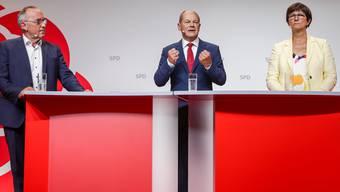 Das Führungstrio der SPD mit unterschiedlichen politischen Positionen: Spitzenkandidat Olaf Scholz (m) und die Co-Parteichefs Saskia Esken (r) und Norbert Walter-Borjans (l).
