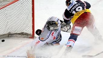 Ambris Eric Landry bewingt Jussi Markkanen zum entscheidenden 3:2