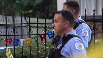 Zwei Polizisten nahe eines Tatorts in Chicago, wo am Labor-Day-Wochenende 13 Personen getötet wurden