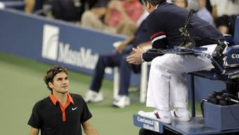 Federer diskutiert mit dem Stuhlschiedsrichter