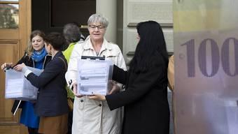Die Nationalrätinnen Nadine Masshardt  (SP/BE), Lisa Mazzone (Grüne/GE), Rosmarie Quadranti, (BDP/ZH) und Marianne Streiff-Feller (EVP/BE) übergeben die Unterschriftenbögen für die Transparenz-Initiative.