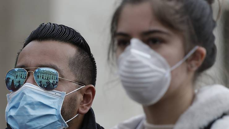Vatikan-Besucher mit Atemschutzmasken gegen das Coronavirus am Mittwoch im Vatikan in Rom. Die grösste Sorge innerhalb Europas bereitet die Lage in Italien.