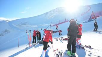 Keystone-SDA traf die Skifahrerinnen Wendy Holdener und Michelle Gisin auf über 3500 Metern Höhe auf dem Theodulgletscher in Zermatt.