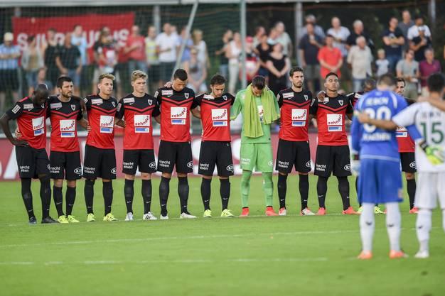 Trauerminute vor dem Spiel für den tödlich verunfallten FCA-Fan.