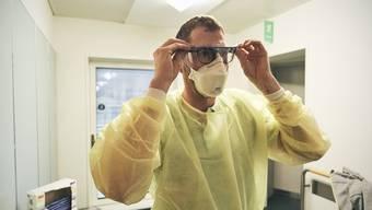 Pfleger in Isolationszimmer im KSA.