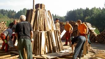 Hier entsteht die Köhlerei: Bis zum Freitag werden bei der Murianer Tannenlaube insgesamt 70 Ster Buchenholz aufgeschichtet. ts