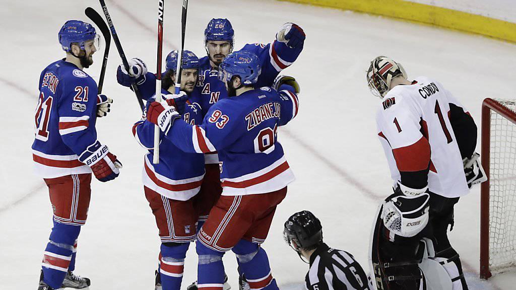Die Rangers jubeln über den Treffer und den Ausgleich in der Best-of-Seven-Serie gegen die Senators