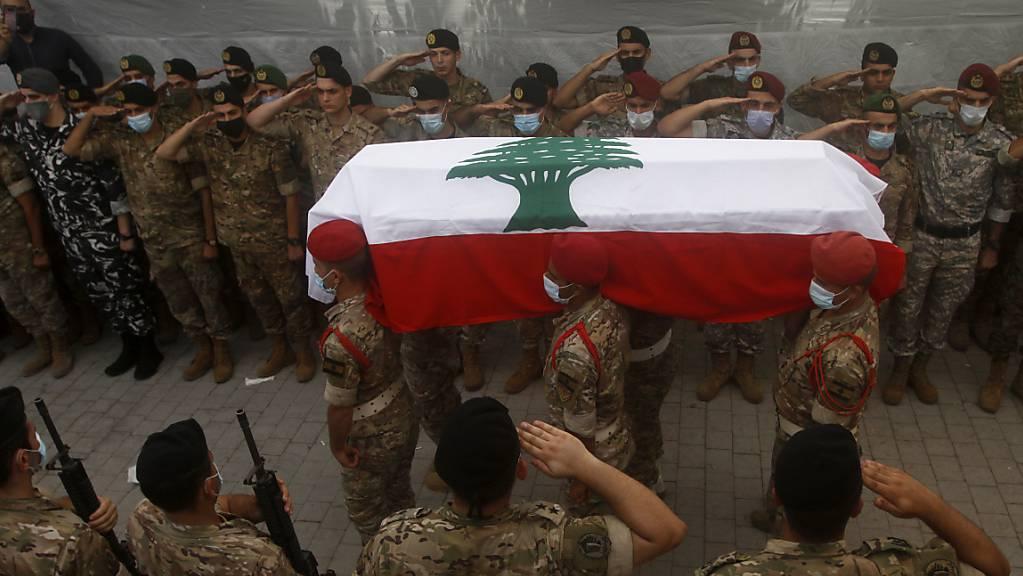Libanesische Soldaten tragen bei einem Trauerzug den Sarg eines Leutnants, der bei der verheerenden Explosion ums Leben kam. Foto: Mohammed Zaatari/AP/dpa