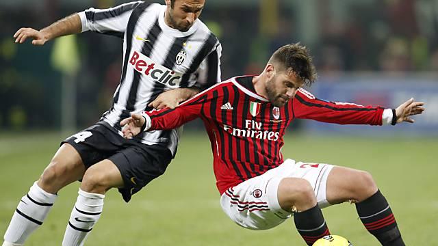 Milan-Torschütze Nocerino (rechts) deckt den Ball vor Vucinic ab