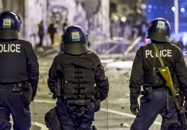 Die Protestierenden zündeten einen Lastwagen an und blendeten die Polizei mit Lasern.