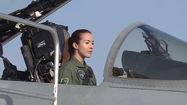 Erste Kampfjet-Pilotin der Schweiz heisst Fanny Chollet