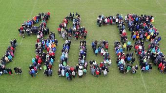 Trotz schlechtem Wetter fanden sich über 600 Lausner ein, um gemeinsam das Datum 04.04.15 zu bilden.