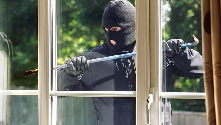 Es ist eine bedrohliche Situation, wenn sich eine fremde Person in den eigenen vier Wänden befindet. Wie verhält man sich da richtig? (Symbolbild)