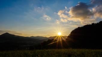 Sonnenuntergang, aufgenommen in Holderbank: Heute lässt sich die Sonne besonders viel Zeit beim Untergehen. (Archiv)