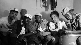 Die Künstler im Homestudio in Moses Zimmer: Johannes Küng (ganz links) mit Jora Ssekitoleko, Taye Mugizi, Joceyln Daloz und Moses Mukalazi.