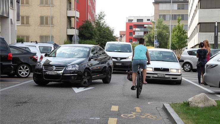 Falle 1: Velostreifen neben Parkplätzen: Hinter der Post auf der Neumattstrasse führt eine Velospur parallel an Autoparkplätzen vorbei. Diese sehen vorbeifahrende Velofahrer kaum.