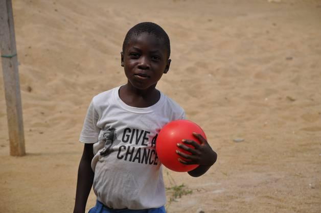 An die Kinder verteilt «Give a Chance» T-Shirts und Fussbälle.