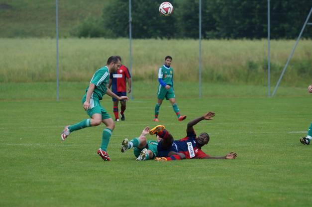 Birmensdorfs Steeve Gerard Fanka hat den Ball auch am Boden liegend im Blick.
