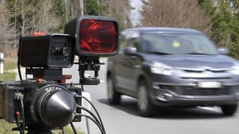 Der Autofahrer wurde im Innerorts-Bereich mit 25 km/h zu viel auf dem Tacho geblitzt. (Symbolbild)
