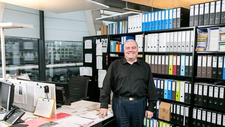 Architekt Walter Tschudin an seinem Arbeitsplatz beim Brugger Bahnhof: Ein Chef-Büro sucht man hier vergebens.