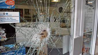 Die Panzerglasscheibe am Eingang zur Bijouterie hielt den Einbrecher auf.