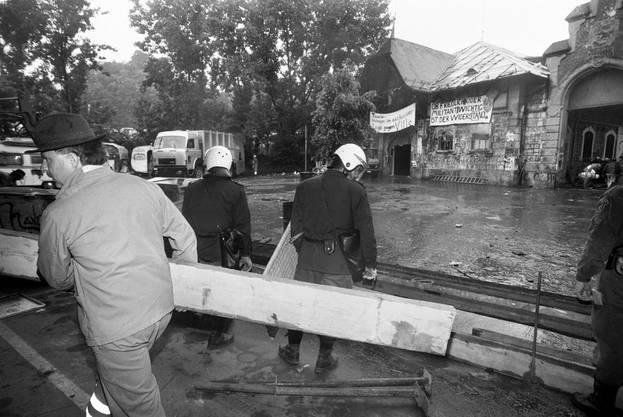 Die Berner Stadtpolizei räumte am 31. Mai 1995 die besetzte Berner Reithalle, nachdem die Räumungsfrist am 26. Mai ungenutzt verstrichen ist.