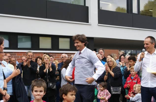 Stadtpräsident François Scheidegger freut sich riesig über das T-Shirt und lässt es sich nicht nehmen, es gleich anzuziehen.