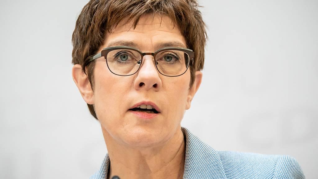 ARCHIV - Annegret Kramp-Karrenbauer, CDU-Bundesvorsitzende und Verteidigungsministerin,und Bundeswirtschaftsminister Peter Altmaier (CDU) verzichten auf ihre Bundestagsmandate. Foto: Michael Kappeler/dpa