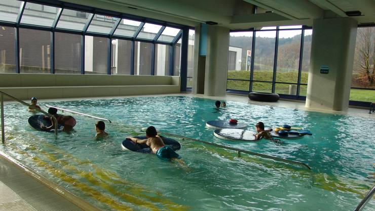 Im Lehrschwimmbecken im Hallenbad in Urdorf sollen bald wieder Kindergartenkinder unter kundiger Anleitung planschen dürfen. (Archiv)