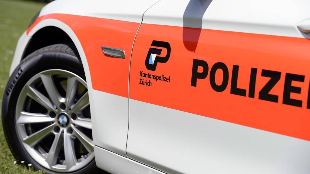 Teenager zünden Pyros und bewerfen Polizisten mit Steinen