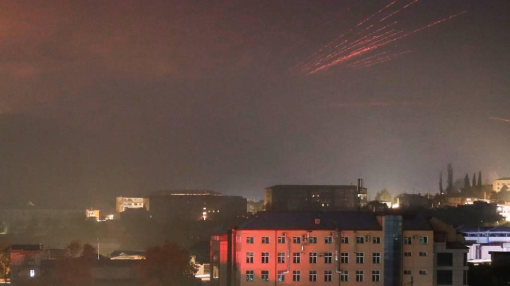 dpatopbilder - Spuren von Leuchtspurmunition erhellen den Himmel während der Kämpfe zwischen armenischen und aserbaidschanischen Streitkräften. Die Kämpfe um das separatistische Gebiet Berg-Karabach gehen weiter, wobei sich die Streitkräfte beider Länder gegenseitig für neue Angriffe verantwortlich machen. Foto: -/AP/dpa