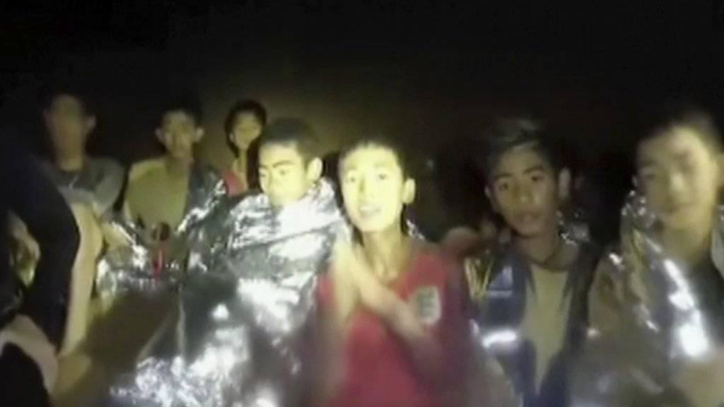 Die in einer Höhle in Thailand eingeschlossenen Jugendlichen senden eine Video-Botschaft an die Aussenwelt und erklären, dass es ihnen gut geht.