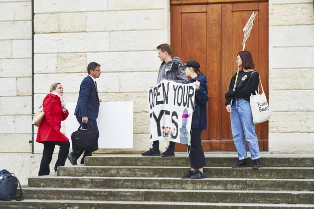 Während die Grossräte eintreffen, protestieren Jugendliche vor dem Gebäude gegen die Klimaerwärmung. Aufgenommen am 07. Mai 2019 in Aarau.