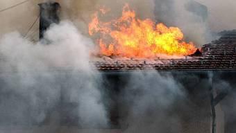 Der Rentner, der beim Wohnungsbrand schwer verletzt wurde, ist den Verletzungen erlegen. (Symbolbild)