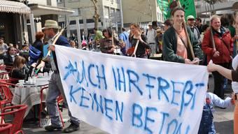 Die Uniterre-Aktivisten schritten mit Transparenten, Mistgabeln und Schaufeln durch die Zürcher Innenstadt und verteilten Flugblätter und Äpfel an Passanten. Isabel Hempen