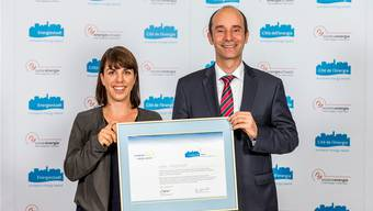 Erstmals Gold: Umwelt-Projektleiterin Laura Pfund und Stadtrat Werner Schib erhielten am Montagabend die Auszeichnung.zvg