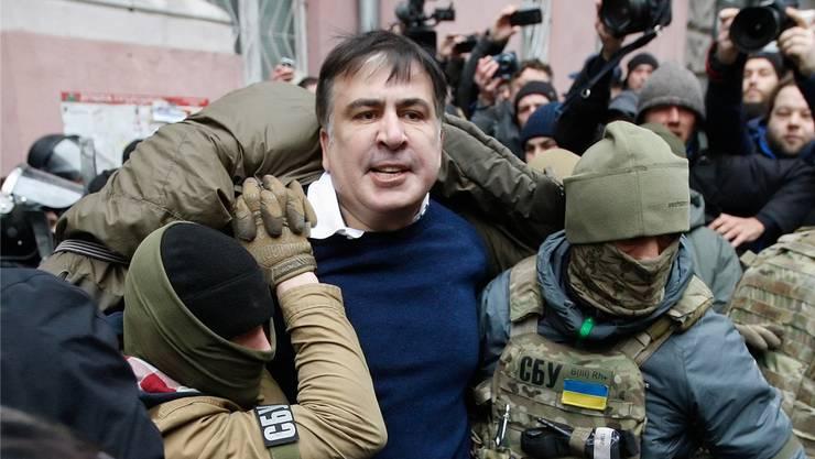 Ukrainische Sondereinheitskräfte verhaften Michail Saakaschwili in Kiew. Der Oppositionelle wird später nach Polen abgeschoben.