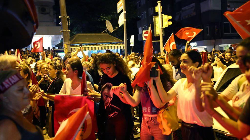 Imamoglus Unterstützerinnen und Unterstützer feierten den Wahlsieg ihres Kandidaten.