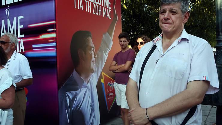 Anhänger der linksgerichteten Syriza-Partei von Ministerpräsident Alexis Tsipras hören in Athen enttäuscht die Prognosen des Wahlresultats.