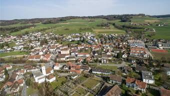 Das Testplanverfahren beinhaltet das Gebiet von Rietwise (r.) bis über die Bleiwiese (l.) hinaus. Der Dorfplatz liegt oberhalb des Kreisels.