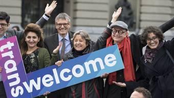 Die Nationalräte Angelo Barrile (SP/ZH), Sibel Arslan (Grüne/BS), Karl Vogler (CVP/OW), Margreth Kiener-Nellen (SP/BE) und Henry Hohmann vom Transgender Network Switzerland TGNS (v.l.n.r.) beteiligen sich an der Aktion für eine bessere berufliche Integration von Transmenschen in der Schweiz.