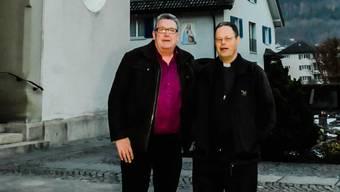 Toni Widmer und sein Cousin Pfarrer Hürlimann vor der Pfarrkirche in Erstfeld.