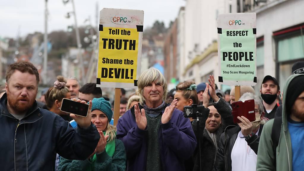 Hunderte demonstrieren in irischer Stadt Cork gegen Lockdown-Regeln