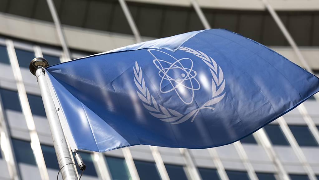 Die Flagge der Internationalen Atomenergie-Organisation, IAEA, weht am Eingang des Vienna International Center. Foto: Lisa Leutner/AP/dpa
