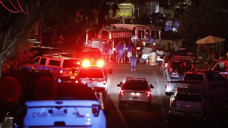 Polizei und Rettungskräfte sind nach einem Schusswaffenangriff auf einem Festival in Kalifornien im Einsatz.