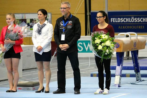 Jessica Diacci (rechts), Nationalkaderturnerin, wurde für ihre Verdienste für die KUTU-Riege Obersiggenthal von OK-Präsident Marc Busslinger und KUTU-Präsidentin Sabine Giubellini geehrt.
