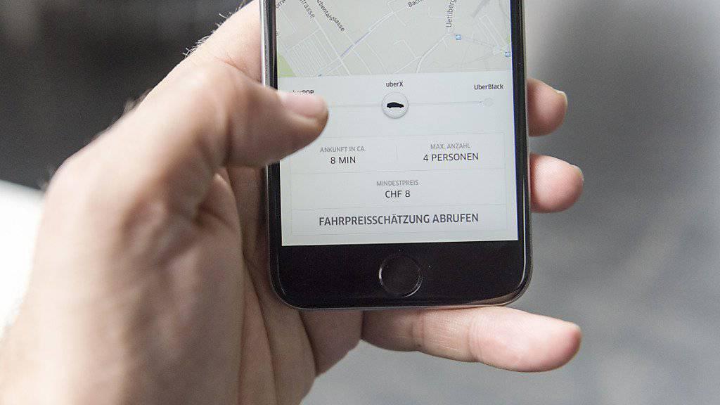 Nicht nur über die Uber-App, sondern auch über den Facebook Messenger sollen künftig Taxi-Fahrten mit Uber bestellt werden können. (Symbolbild)