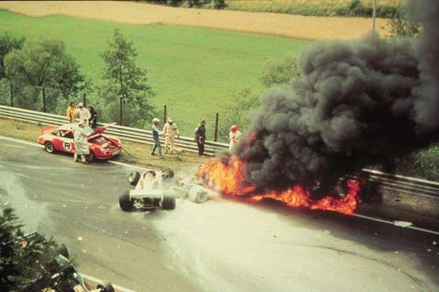 Die Formel-1-Legende Niki Lauda zieht sich beim Horrorunfall im Jahr 1976 auf dem Nürburgring schwerste Verbrennungen zu.