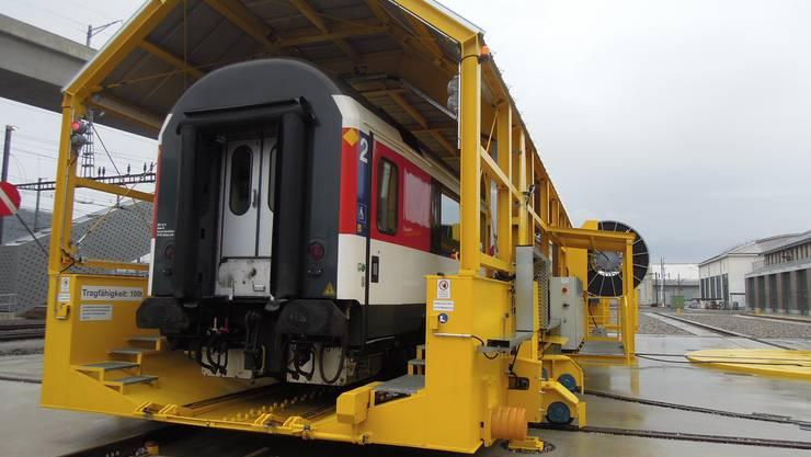Die weltweit einzigartige Drehverschiebungseinrichtung für Lokomotiven und Reisezugwagen bewegt sich anlässlich eines Medienrundgangs der SBB im Reparaturcenter Zürich-Altstetten