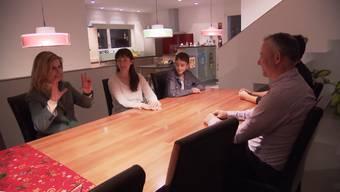 «Schweiz aktuell»-Moderatorin Sabine Dahinden weiht die Kopps ein – und dann passierts ...